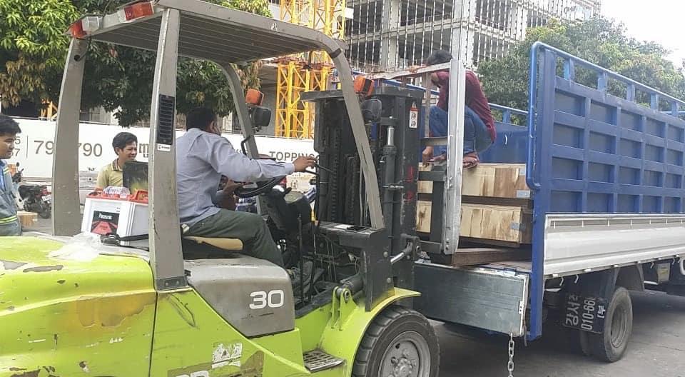 Mekong Logistics chuyển hàng lên xe tải bằng xe nâng chuyên dụng