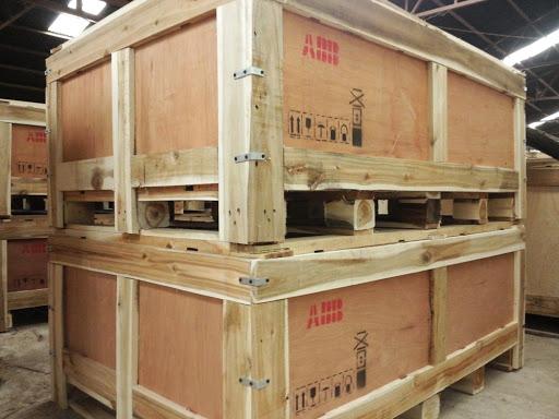 Hàng hóa được đóng gói trong pallet gỗ