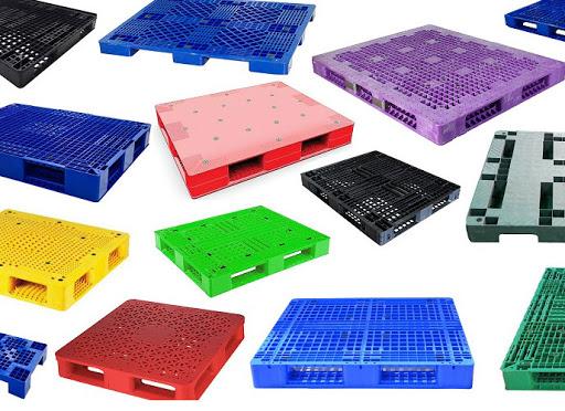 Pallet nhựa có nhiều kích thước và màu sắc khác nhau