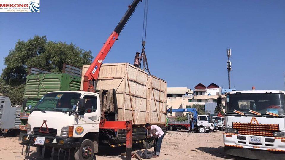 Sang hàng tiểu ngạch từ xe tải Việt Nam qua xe tải Campuchia tại cửa khẩu