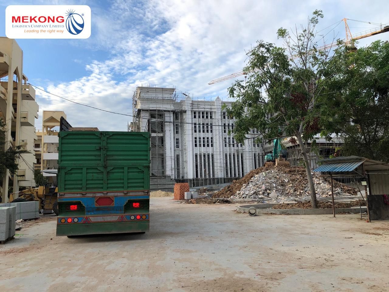 Xe Mekong Logistics giao hàng tại công trình xây dựng Viện Hàn lâm Hoàng gia Campuchia