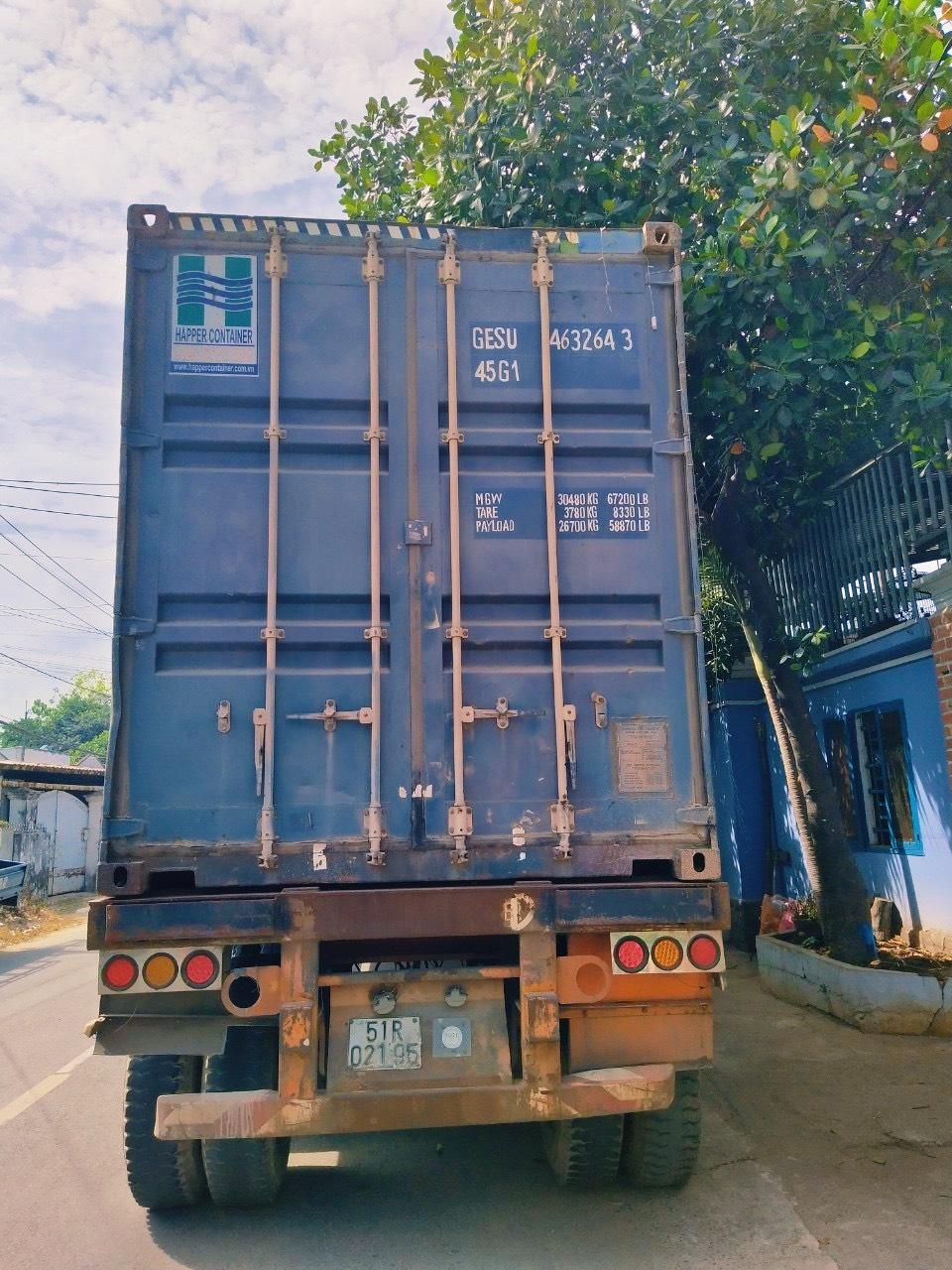 Xe container Mekong Logistics đi đóng hàng tại nhà máy của khách hàng