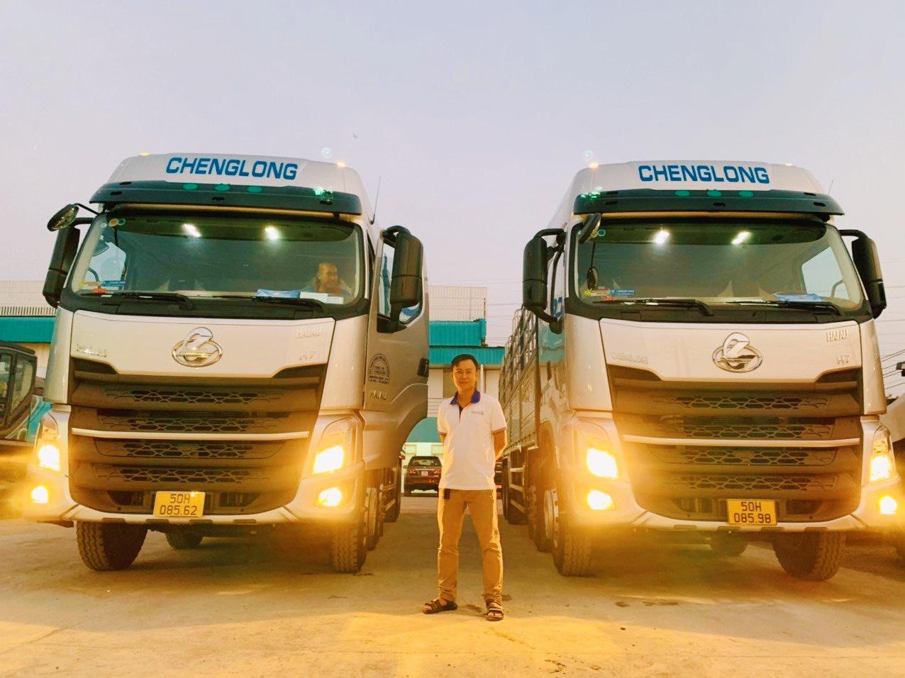 Hai xe tải 18 tấn (4 chân) ChengLong tại bãi xe Mekong Logistics